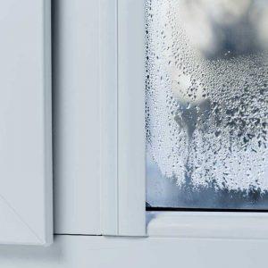Почему образуется конденсат на пластиковых окнах, и что делать