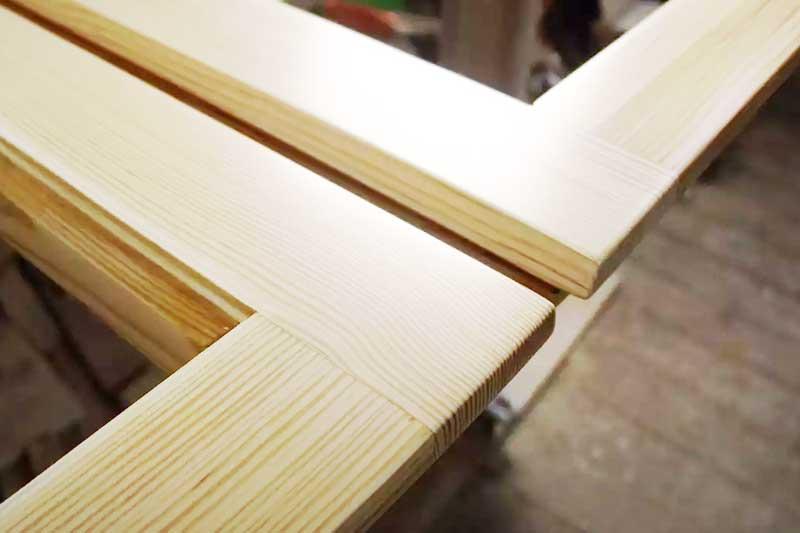 Старая деревянная рама выглядит как деревянные евроокна после ремонта