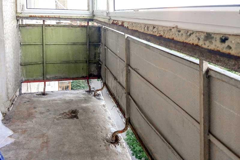 Парапет балкона и щель до пола