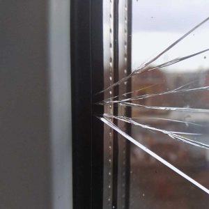 Разбили стекло в пластиковом окне. Что делать?
