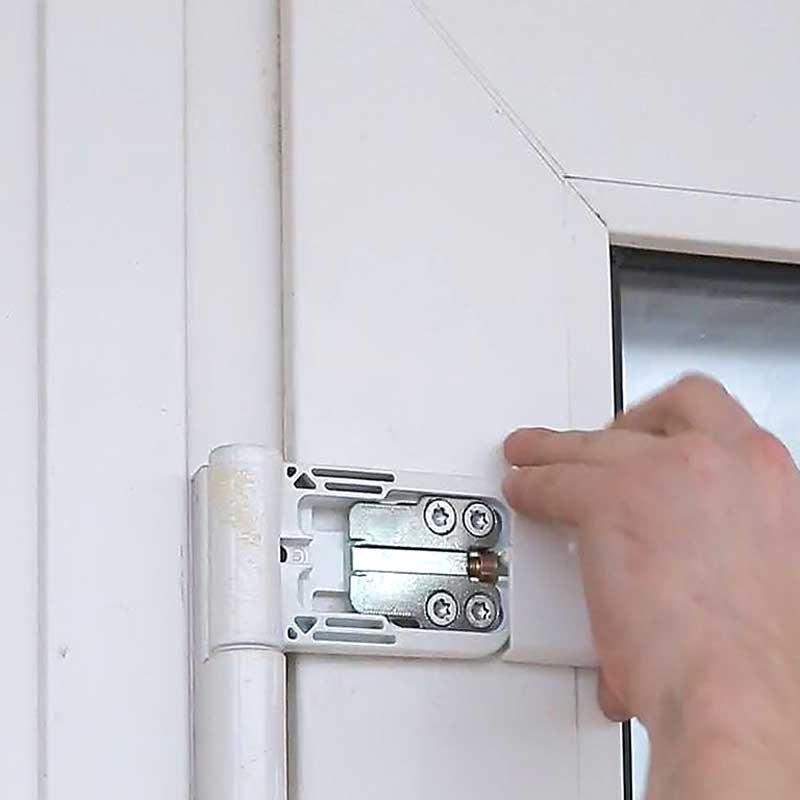 Регулировочный винт входной пластиковой двери находится под заглушкой