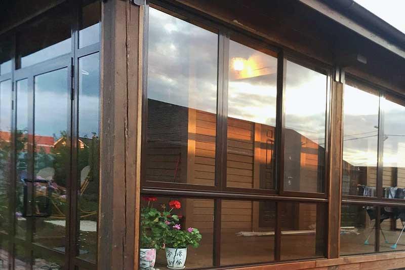 Веранда с раздвижными алюминиевыми окнами