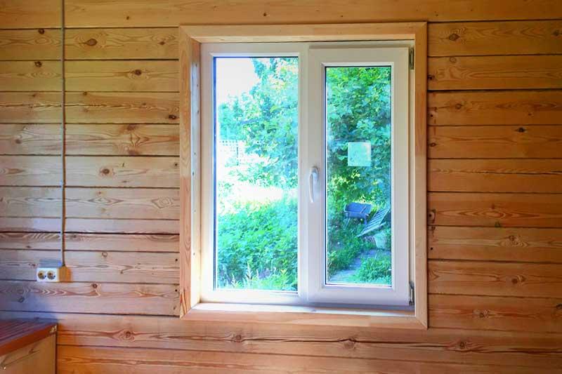 Деревянные откосы с пластиковым окном