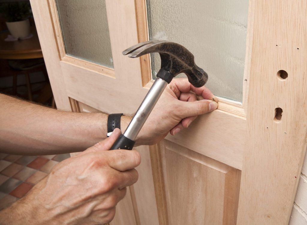 Ремонт межкомнатной двери своими руками, замена стекла
