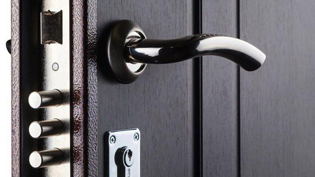 Металлическая входная дверь с фурнитурой