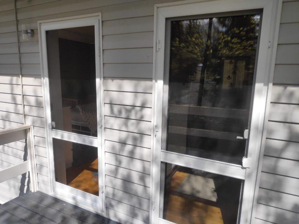 Распашная москитная сетка на двери