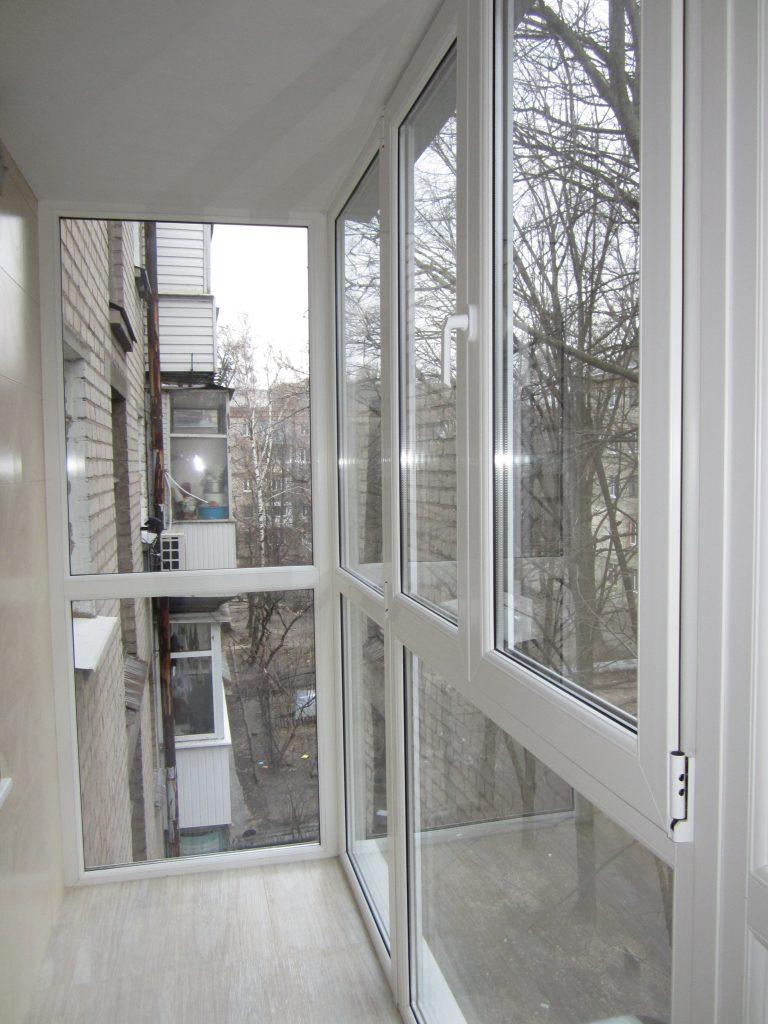Панорамное остекление балкона квартиры в хрущевке