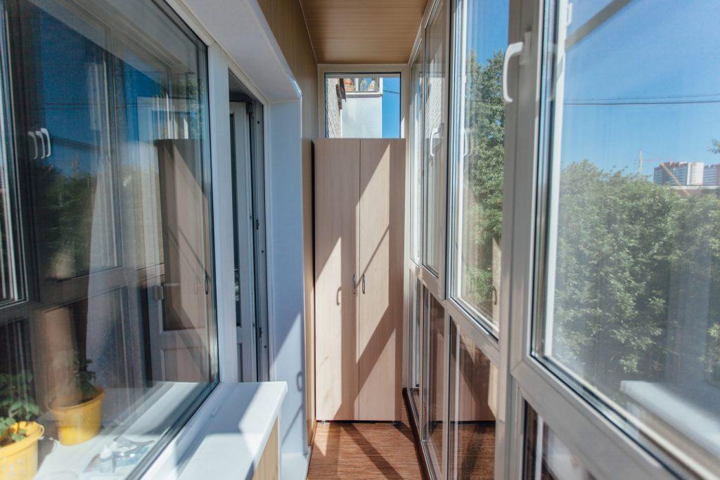 Балкон с панорамными окнами в панельном доме
