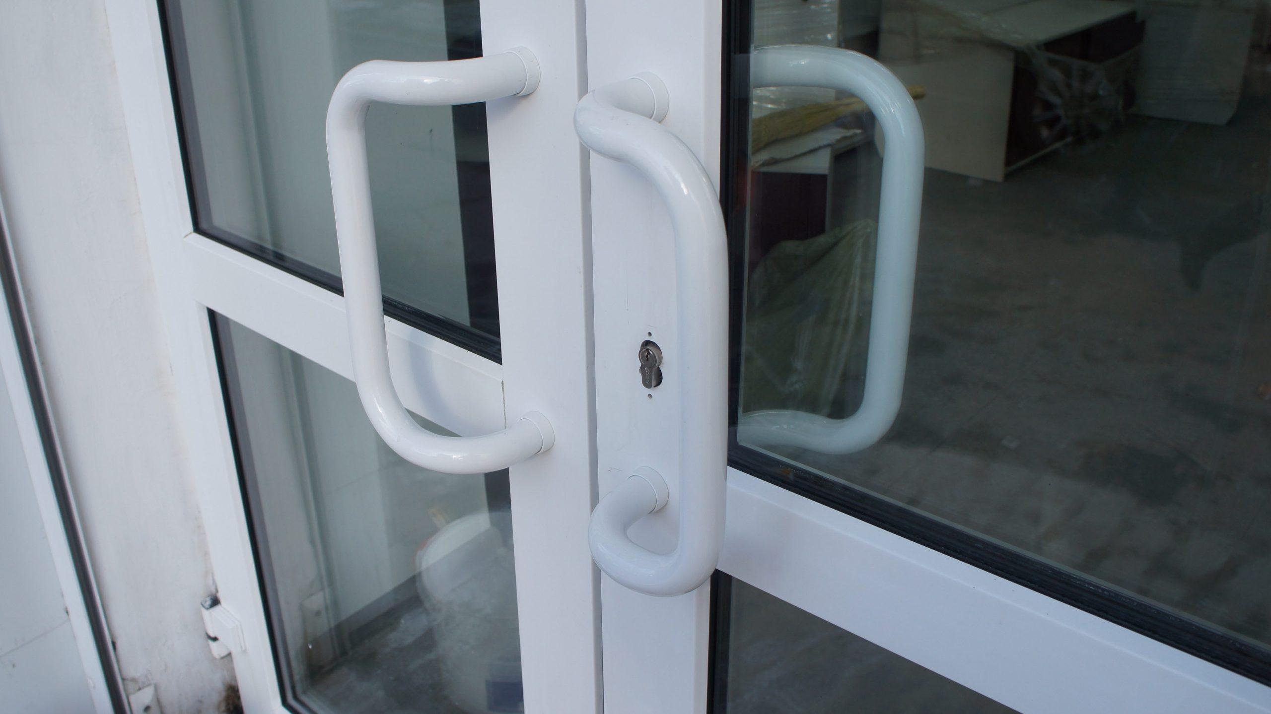 Двери пластиковые двухстворчатые настраиваемые по прижиму