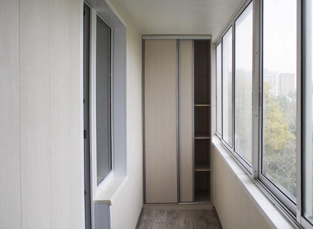 Вместительный шкаф-купе на балконе