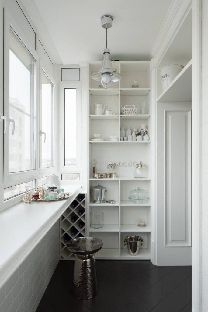 Высокий открытый белый шкаф на балкон