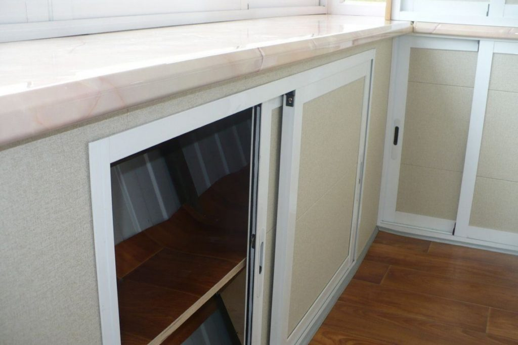 Низкий шкаф-купе под остекление балкона