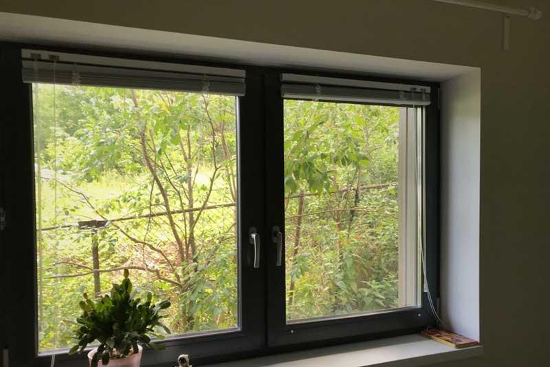 Штукатурные откосы с цветными пластиковыми окнами