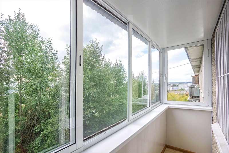 Алюминиевое остекление балкона с отделкой