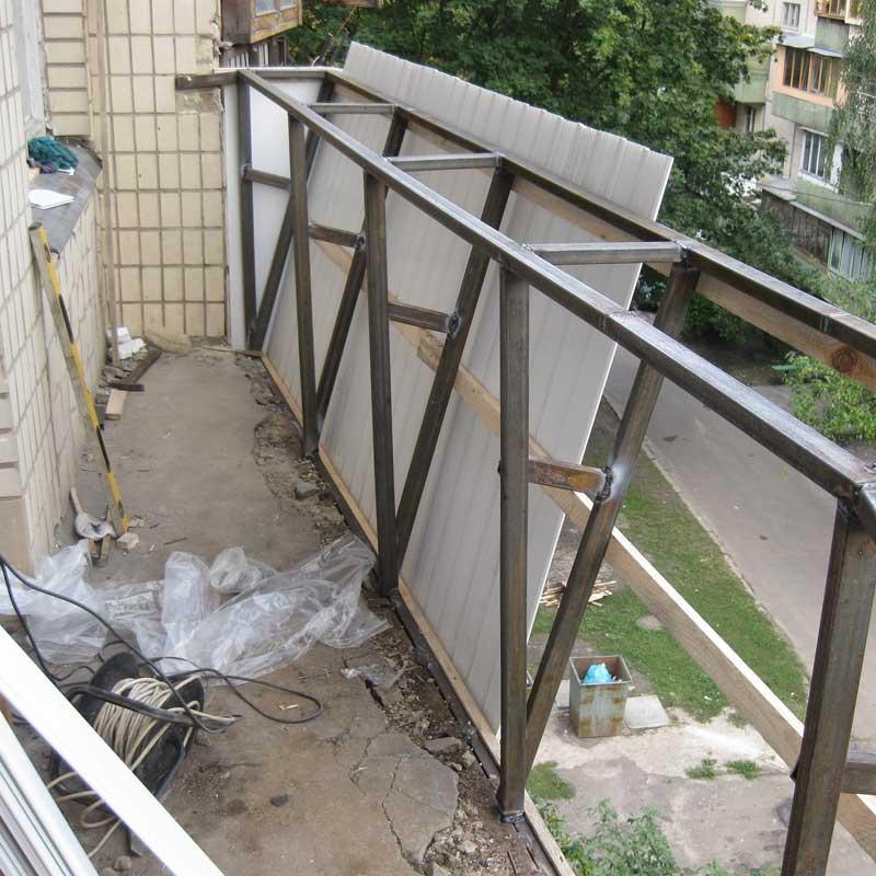Установка холодного остекления на балкон с выносом