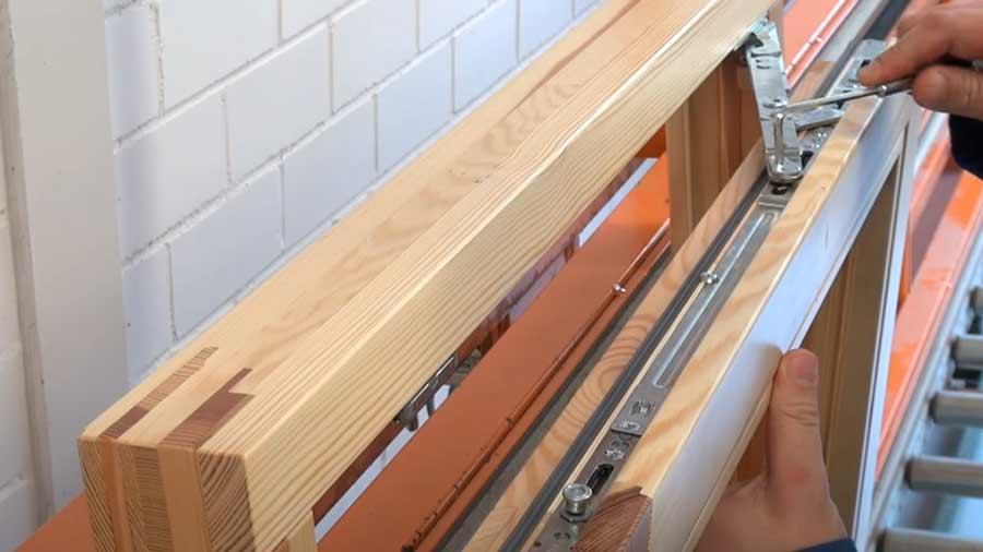 Фурнитура деревянного евроокна со стеклопакетом