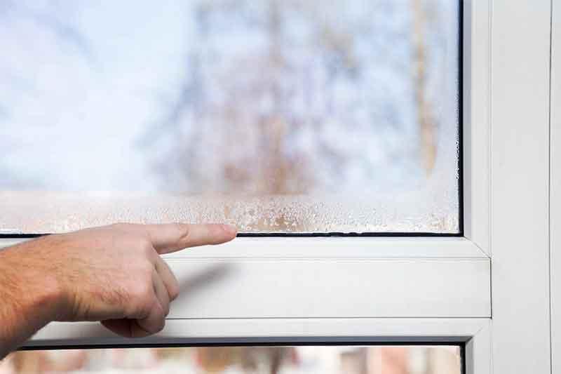 Конденсат на пластиковых окнах в частном доме, окна плачут