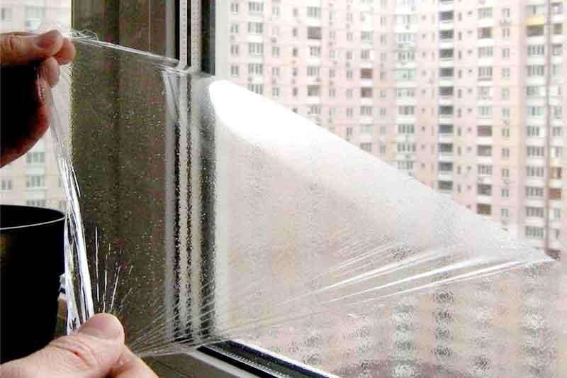 Жидкая пленка после застывания легко снимается с окна и стекла