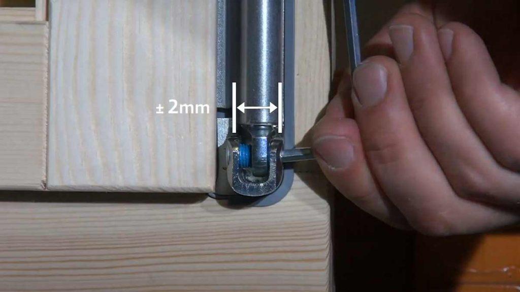 Регулировка нижней петли для смещения створки деревянного окна по горизонтали