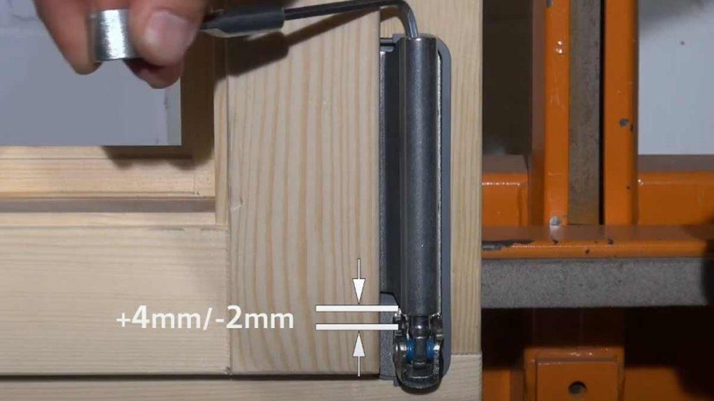 Регулировка нижней петли деревянного окна по высоте