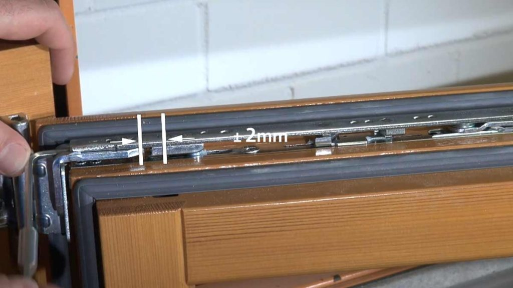 Регулировка верхней петли деревянного окна. Тип 1