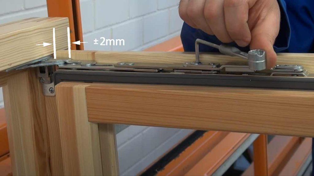 Регулировка верхней петли деревянного окна. Тип 2